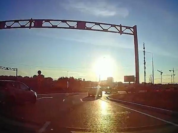 Первое ДТП на только открытом кольце в Мурино попало на видео